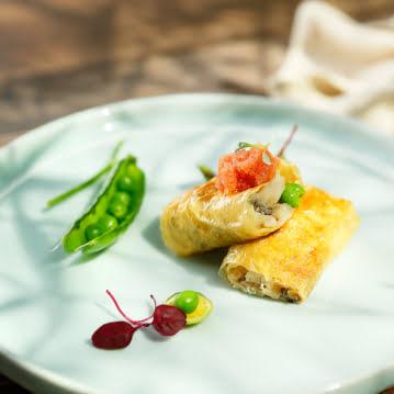 ปลาคอตจากอลาสก้าทอดกรอบห่อด้วยเต้าหู้บางๆและประดับด้วยไข่ปลาพอลลอคจากอลาสก้า