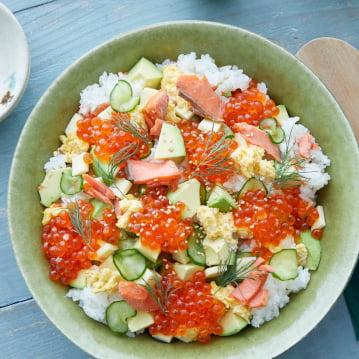 Chirashi Sushi Fusion dengan Ikan Salmon Alaska dan Telur Ikan Salmon Ikura