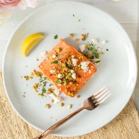 Salmon Alaska Liar Bakar Minyak Samin Dengan Lemon Keju Feta Dan Pistachio Panggang